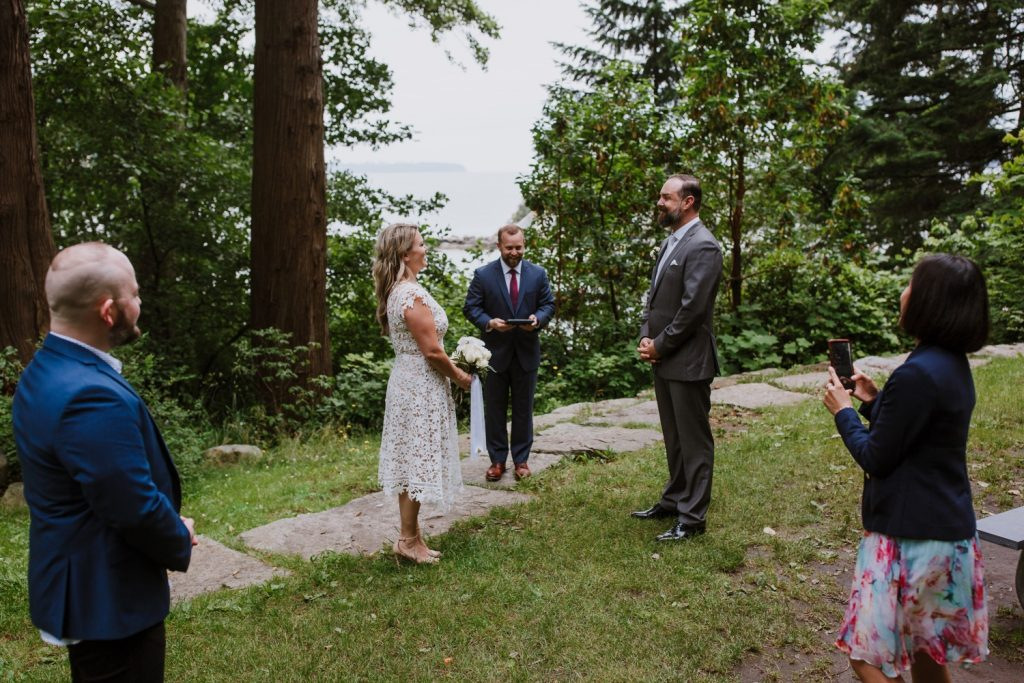 Elopement ceremony in whytecliff park